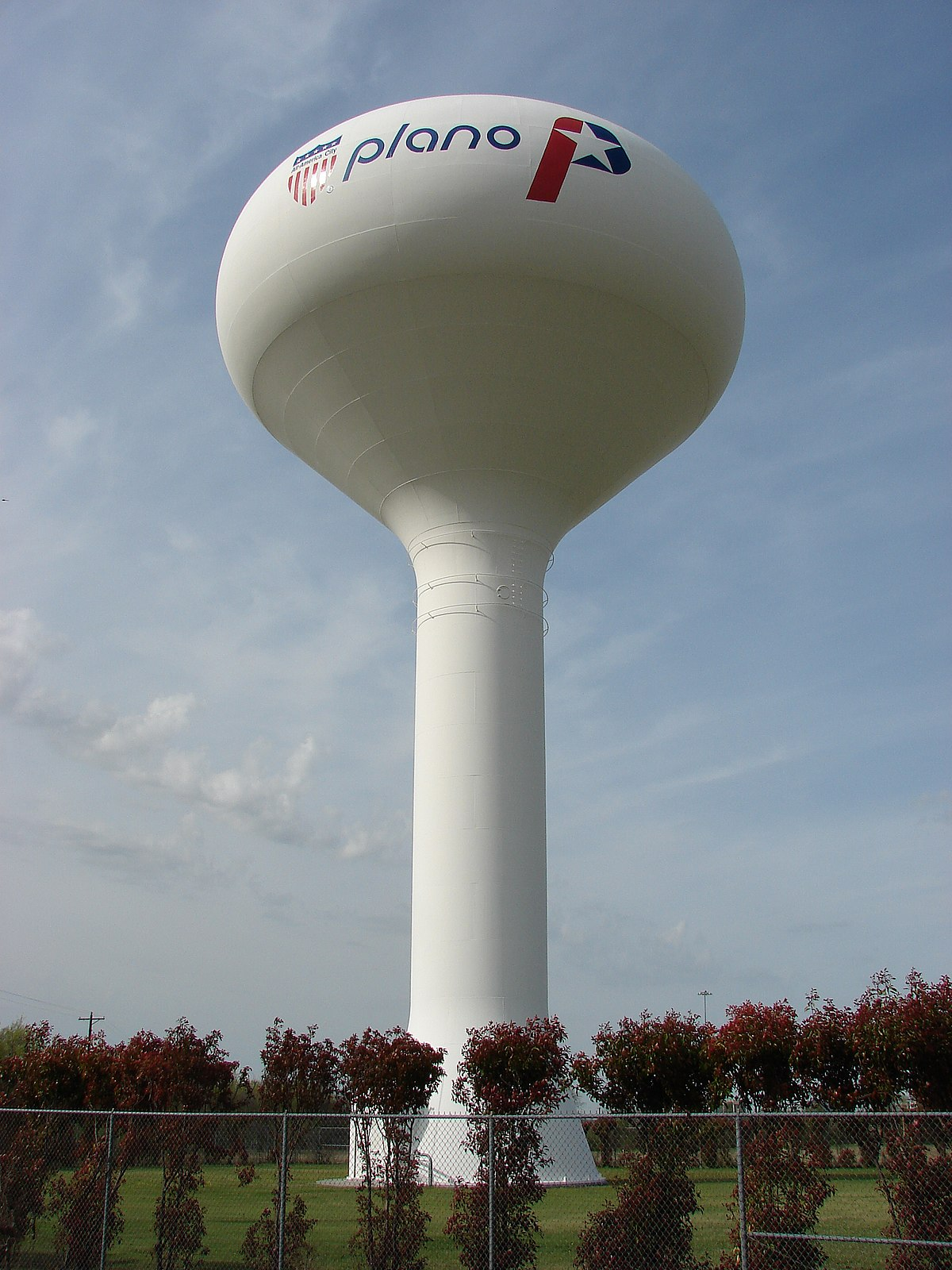 https://upload.wikimedia.org/wikipedia/commons/thumb/d/de/WaterTower-Plano-7600.jpg/1200px-WaterTower-Plano-7600.jpg