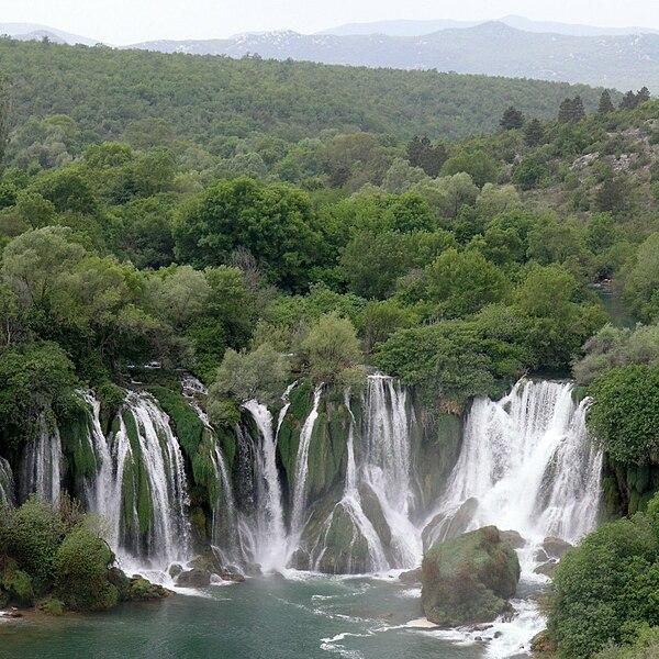chutes de Kravica sur la rivière Trebižat 600px-Waterfalls_Kravica_6%2C_Bosnia_and_Herzegovina