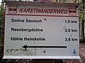 Wegweiser zwischen Kalkhuette und Heimkehle (Hoehle Heimkehle 3,6 km).jpg