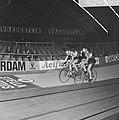 Zesdaagse wielrennen in RAI Amsterdam. Gerard Koel (rechts) en Piet de Wit wisse, Bestanddeelnr 923-0788.jpg