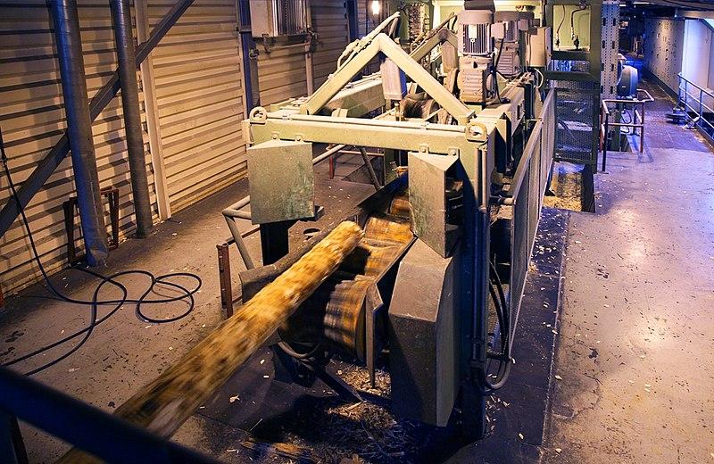 File:Промышленная окорка древесины.jpg