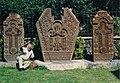 С. Чкнах, Арсен Фаносян во дворе церкви, рядом со своими произведениями.jpg