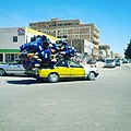 سيارة في العاصمة نواكشوط تحمل عليا بلاستيكية لإعادة تدويرها.jpg