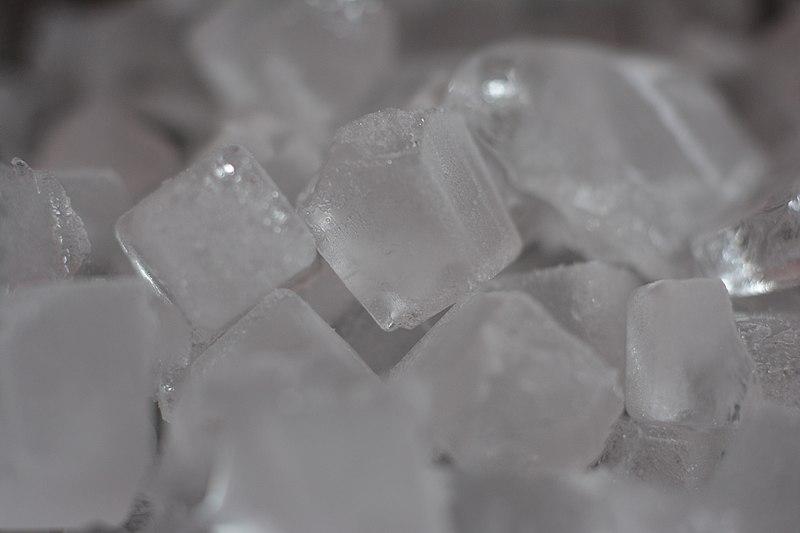 File:日本で一般的な家庭用冷凍庫と製氷皿で水道水を冷却して作成した個体の水(氷)のマクロ撮影1.jpg