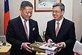 01.17 副總統接見日本維新之會國會議員訪問團,與訪團相互贈禮 (32209207562).jpg