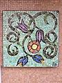 1210 Autokaderstraße 3-7 Tomaschekstraße 44 Stg 6 - Mosaik-Hauszeichen Blumenmotiv von Leopold Birstinger 1968 IMG 0897.jpg