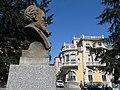 167 Bust de Domingo Álvarez Acebal, a la plaça homònima (Avilés), al fons el Palacio de Balsera.jpg