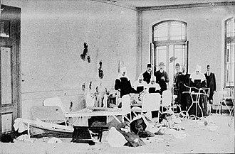 Siege of Adrianople (1912–13) - Image: 17 Mart 1912 Avusturya konsolosu, M. Herzfeld (şapkalı), heyetiyle bombardımanda isabet almış Agram rahibelerinin konuk yatakhanesini ziyaret ediyor