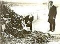 1924 13 giugno - Roma, lungotevere Arnaldo da Brescia - on. Bruno Buozzi reca l'omaggio della CGdL a Giacomo Matteotti.jpg