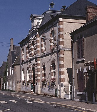 La Chapelle-d'Angillon - The town hall and school in La Chapelle-d'Angillon