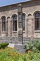 2014 Prowincja Armawir, Wagharszapat, Chrześcijańskie Centrum Edukacyjne, Pomnik przed budynkiem (01).jpg