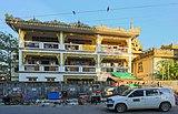 2016 Rangun, Ulica Old Yay Tar Shay, Budynek i taksówka.jpg