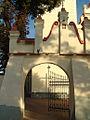 4. Janowiec, fragment ogrodzenie kościoła - brama główna.JPG