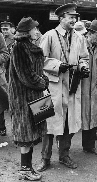 Hugh Molyneux, 7th Earl of Sefton - 7th Earl of Sefton with the American socialiste Josephine Armstrong (1903–1980) at Plumpton Racecourse in 1940. They married in 1941.
