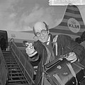 Aankomst Jean Marais op Schiphol, (met pistool en masker), Bestanddeelnr 917-6468.jpg