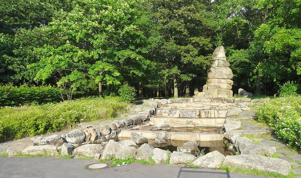 Die Liste der Brunnen in Braunschweig 1024px-Albrecht-Denkmal-mit-Wasserfall_BS-Img01