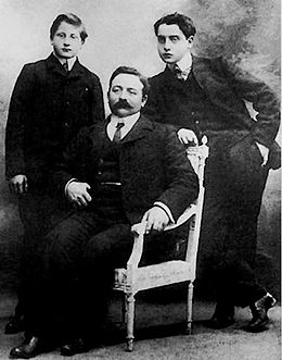Alfred Agostinelli et sa famille vers 1905.jpg