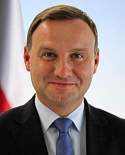 Andrzej Duda portreto kun flag.jpg