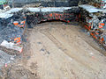Aushub per Bagger 1m Alter St. Nikolai-Friedhof Nikolaikapelle Hannover, 16 Gruft unter der Kapellenmauer schon zugeschüttet, 3.JPG