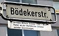 Bödekerstraße Straßenschild mit Legende am Lister Platz in Hannover, Hermann Wilhelm Bödeker 1799-1875, Pastor an der Marktkirche. Gründer sozialer Einrichtungen.jpg