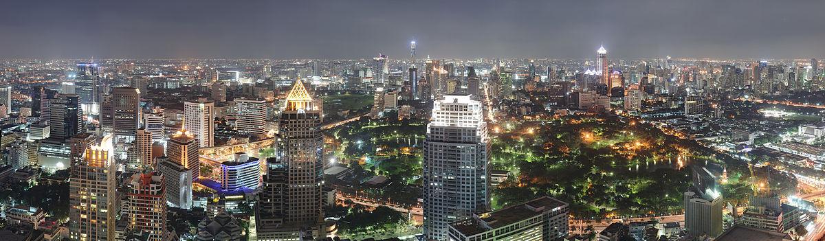 Panoramoj de bankokaj Rajprasong, Chidlom kaj Sukhumvit nokte kun Parko Lumphini meze vidata el Sathorn-Silom CBD.
