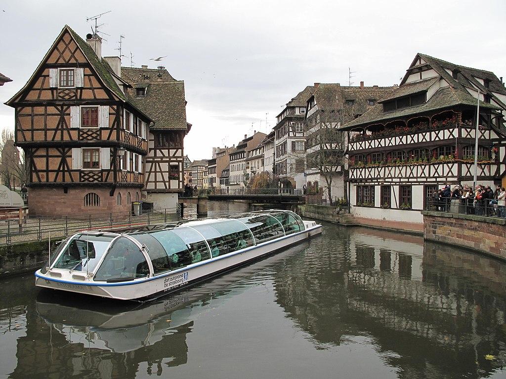 file bateau devant la maison des tanneurs jpg wikimedia commons