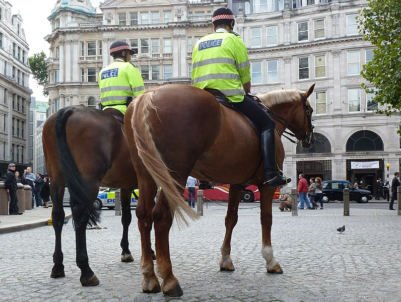 File:Berittene Polizisten in London.jpg