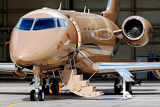 Bombardier Challenger 300 - Closeup : nose, stairs open, engines