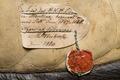 Bomsadel, brunt läder. Detalj av pappersbit vid sadelkappan - Livrustkammaren - 86534.tif