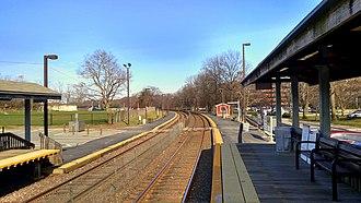 Brandeis/Roberts station - The platforms at Brandeis/Roberts in 2017