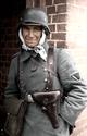 Bundesarchiv Bild 101I-008-2749-13, Russland, Gefreiter mit Meldetasche Recolored.png
