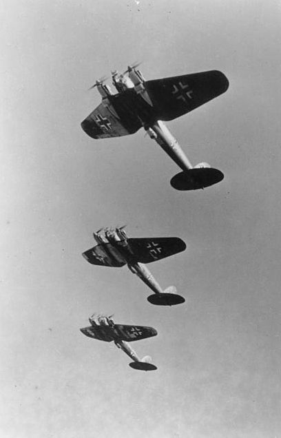A formation of Heinkel He 111 medium bombers, the most numerous German bomber of the Battle of Britain Bundesarchiv Bild 146-1978-066-11A, Flugzeuge Heinkel He 111.jpg