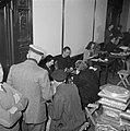Burgers bij tafels met daarachter personeel met schrijfmachines en formulieren, Bestanddeelnr 255-9492.jpg
