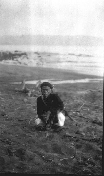File:COLLECTIE TROPENMUSEUM - Een dorpshoofd met onderscheidingstekens op zijn uniform zit gehurkt in het landschap met op de achtergrond de Wijnkoopsbaai TMnr 60010807.jpg