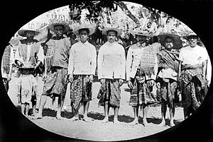 Ti'i langga - Photograph of Rotenese men in early 20th-century featuring the ti'i langga in various plume shapes.