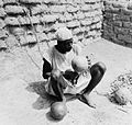 COLLECTIE TROPENMUSEUM Een ritueel specialist bogin genaamd praat met de geesten tijdens een consult TMnr 20010342.jpg