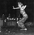 COLLECTIE TROPENMUSEUM Legong danseres met op de achtergrond een gamelanorkest in het Bali Hotel TMnr 20000316.jpg