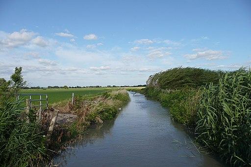 Canal d'eau près d'Arles en Camargue
