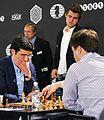 Carlsen nach erfolgreicher Titelverteidigung am Brett Kramnik vs. Botscharow.JPG