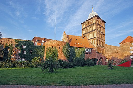 Burgtor (Lübeck) mit Ida-Boy-Ed-Garten. Castle Gate Luebeck, walls and towers - field side (North) DSC08685 02