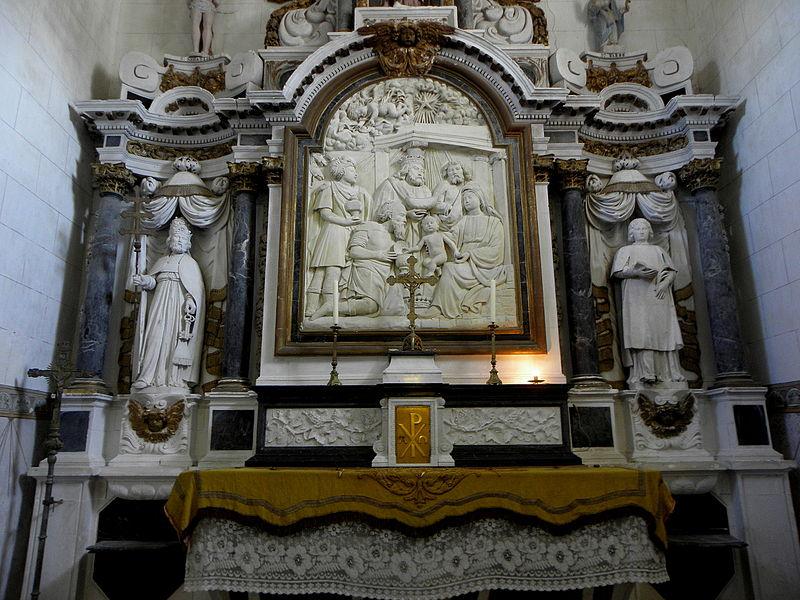 Maître-autel de l'église Saint-Pierre de Chalons-du-Maine (53) et son retable. Statues de Saint-Pierre et Saint-Étienne. Bas-relief de l'Adoration des Mages.