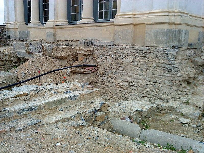 Chantier archéologique sur le site du parvis du château neuf de Laval (Mayenne). Détail des fondations du pavillon annexe nord. Les fondations ont été renforcées.
