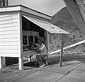 Charles Stellrecht bij de zendmast bij St John's op Saba, Bestanddeelnr 252-8236.jpg