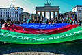 Chodschali Demo in Berlin - Brandenburger Tor Fahne.jpg