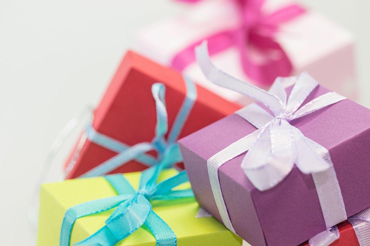 File:Christmas-xmas-gifts-presents (23698727474).jpg - Wikimedia Commons