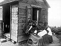 Collectie Nationaal Museum van Wereldculturen TM-10021124 Drie vrouwen aan het handwerken voor een hutje Saba -Nederlandse Antillen fotograaf niet bekend.jpg