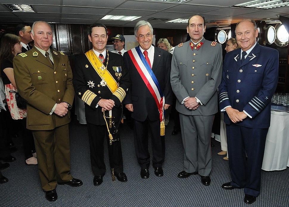 Comandantes de las FF.AA y Carabineros con Piñera