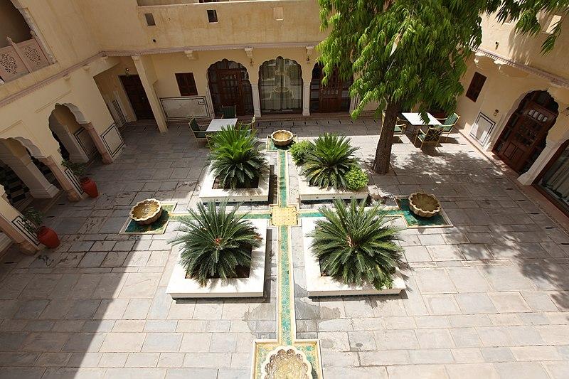 File:Courtyard of Samode Haveli, Jaipur.jpg
