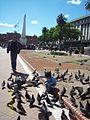 Criança brincando na Praça de Maio, com Piramide ao fundo.JPG