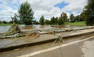 Macquarie River - Flood debris on the Gordon Edgell Bridge, Bathurst in January 2011